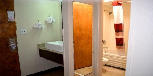 Non-smoking 2 Queens Beds - Bathroom